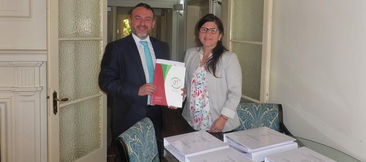 El rector del CFT estatal de Los Lagos, Carlos Silva y la Secretaria Ejecutiva del CNED, Anely Ramírez.
